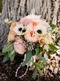 Свадебный букет из анемонов и садовых роз