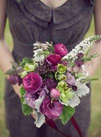 Яркий букет невесты из фиолетовых анемонов