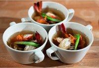 Японский суп с лапшой удон, креветками и крабовым мясом