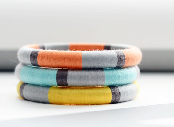 Идея для украшения браслетов нитками
