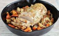 Запеченная в сковороде свиная вырезка с морковью и картофелем