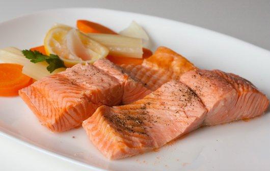 Продукты в паре: лосось и куркума