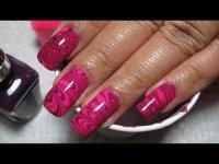 Мраморный маникюр на воде: розово-фиолетовые разводы