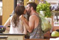 Роуз Макгоуэн целуется с новым другом