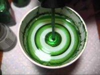 Красивый зеленый мраморный маникюр с помощью воды
