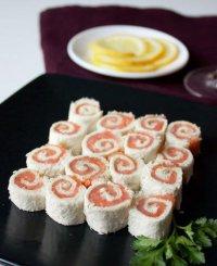 Мини-рулеты из лосося с белым хлебом и сливочным сыром