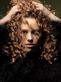 Как подобрать прическу для вьющихся волос?