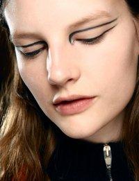 Осенние тенденции макияжа: стрелки на глазах от Altuzarra