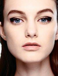 Осенние тенденции макияжа: стрелки на глазах от Aquascutum