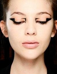 Осенние тенденции макияжа: стрелки на глазах от Mary Katrantzou