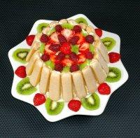 Как украсить торт фруктами: малина и клубника