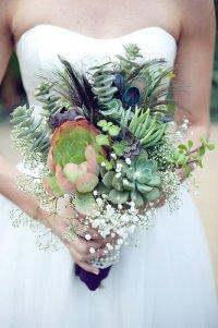Букет невесты с суккулентами и перьями павлина