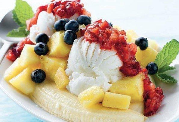 Банановый сплит с ягодами и ананасом