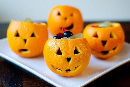 Фруктовый десерт на Хеллоуин в апельсиновых корзинках
