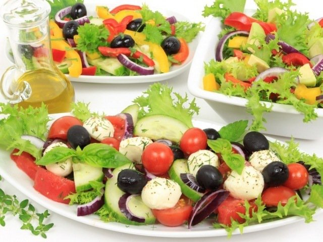Испанский салат из помидоров и кукурузы