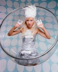 Кристина Агилера в шляпе с перьями