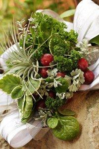Букет  невесты из овощей: красный виноград