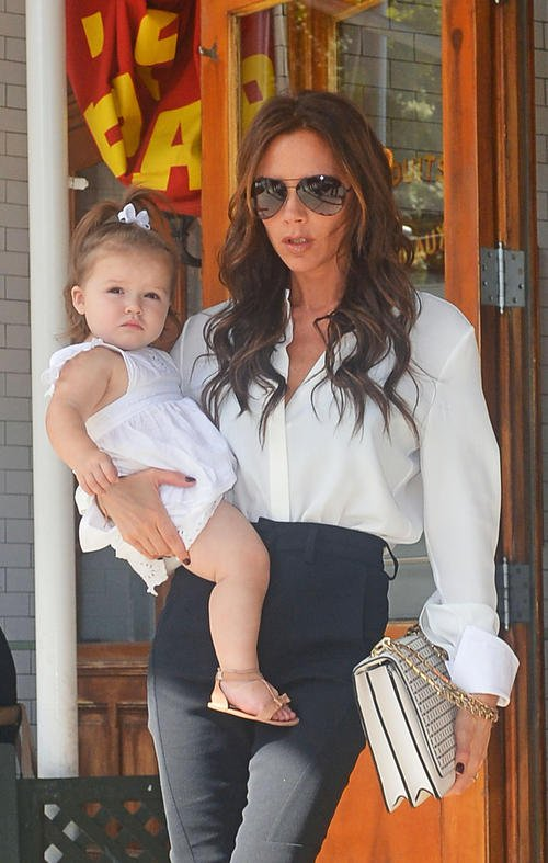 Виктория Бекхэм с дочерью Харпер на руках