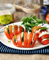 Капрезе в помидоре