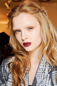 Осенние тенденции макияжа: белая кожа и красная помада