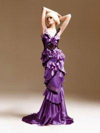 Сиренвое платье с кружевами и рюшами от Versace
