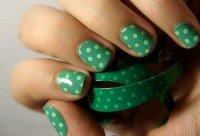 Зеленый маникюр в горошек