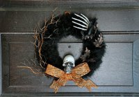Страшный венок для украшения дома на Хэллоуин