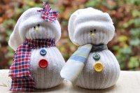 Милые снеговички из носков
