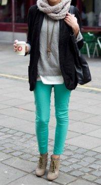 С чем носить яркие джинсы