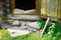 Истоки суеверий: почему нельзя передавать предметы через порог