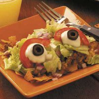 Блюда на Хэллоуин: салат тако с глазами