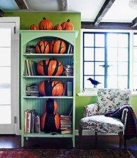 Идеи для дома на Хэллоуин: дерево на книжной полке