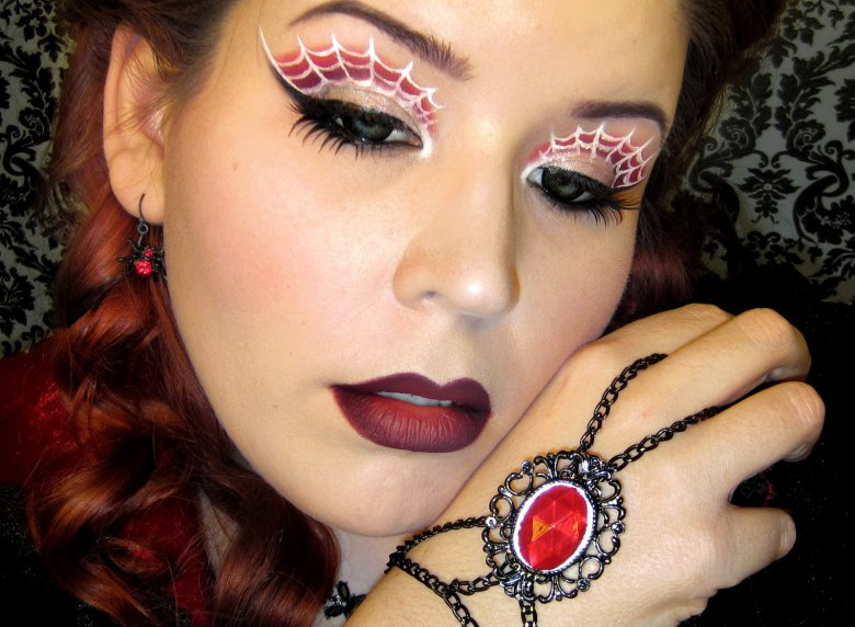 Идея для макияжа на Хэллоуин: паутинки на глазах