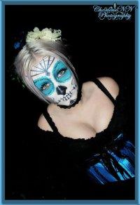 Голубой сахарный череп - еще одна идея макияжа на Хэллоуин