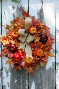 Осенний венок на дверь с яблоками и листьями
