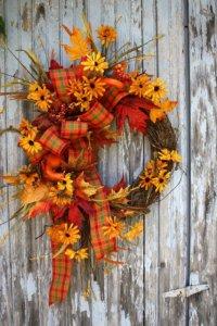 Осенний венок на дверь с желтыми цветами и листьями