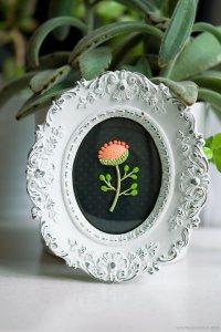 Маленький цветок из полимерной глины в рамке