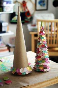 Новогодние поделки: елочки из картона и лоскутков