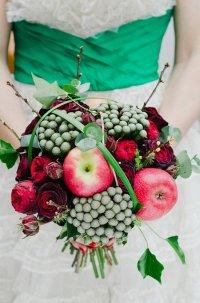 Букет невесты из овощей и фруктов: краснобокие яблоки