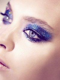 Синий макияж с блестками на Новый год