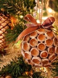 Игрушка на елку из шапочек желудей
