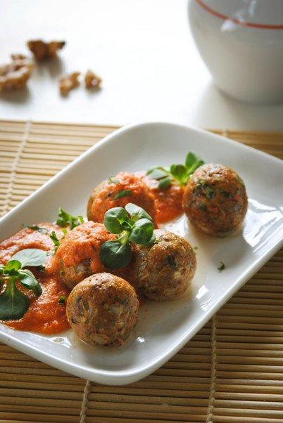 Блюда к посту: ореховые фрикадельки с томатным соусом