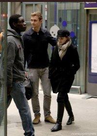 Эмма Уотсон на прогулке с таинственным незнакомцем