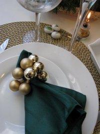 Новогодняя сервировка стола: зеленый и золотой