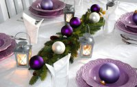 Идея новогоней сервировки стола: фиолетовый