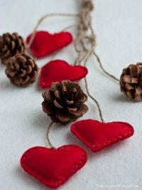 Новогодняя гирлянда из шишек и фетровых сердечек