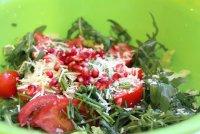 Салат из помидоров, маслин и граната