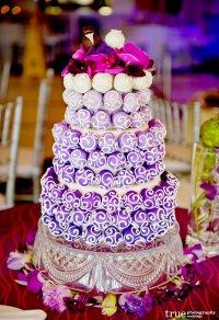Свадебный торт с фиолетовыми шариками