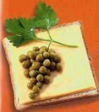 Креативное оформление бутерброда: гроздь винограда