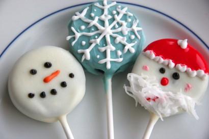 Новогодний десерт: конфеты на палочке в шоколаде с глазурью